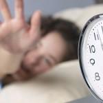 El uso del botón para retrasar la alarma del despertador