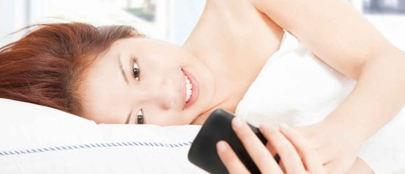 Dormir con el móvil dificulta un correcto descanso