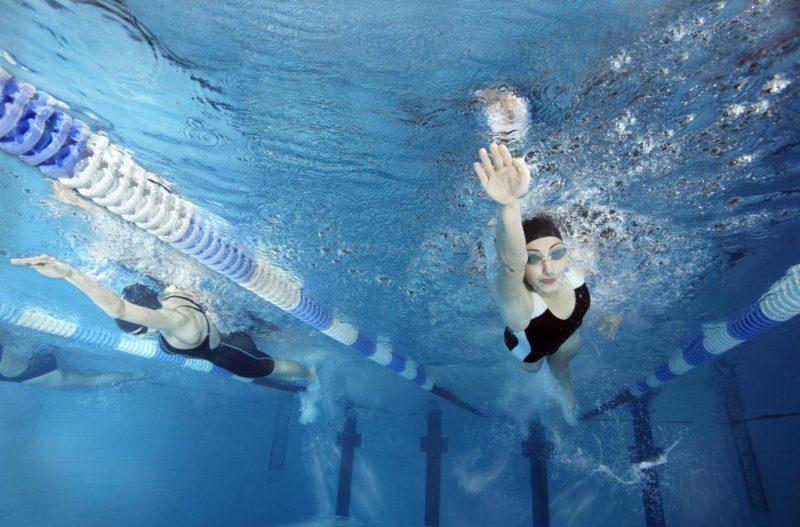 nadar en la piscina