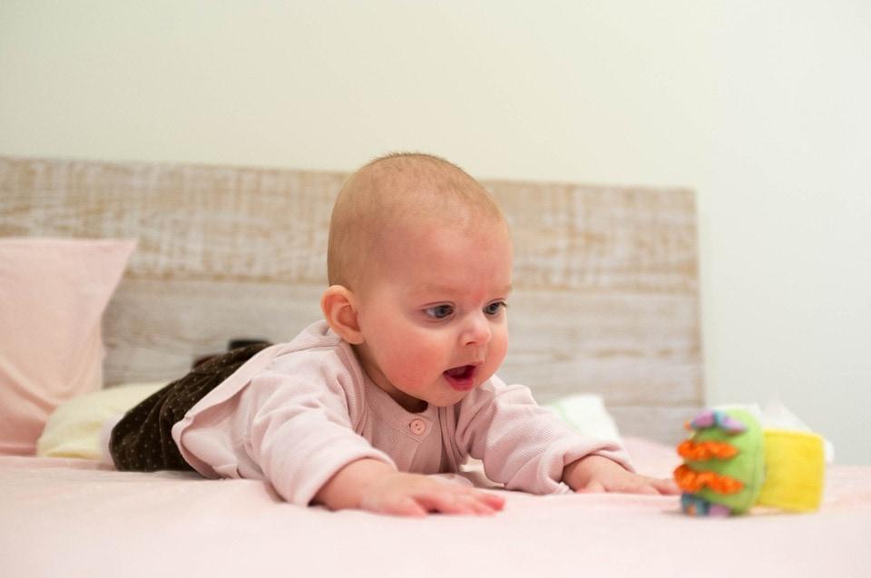 bebé jugando boca abajo
