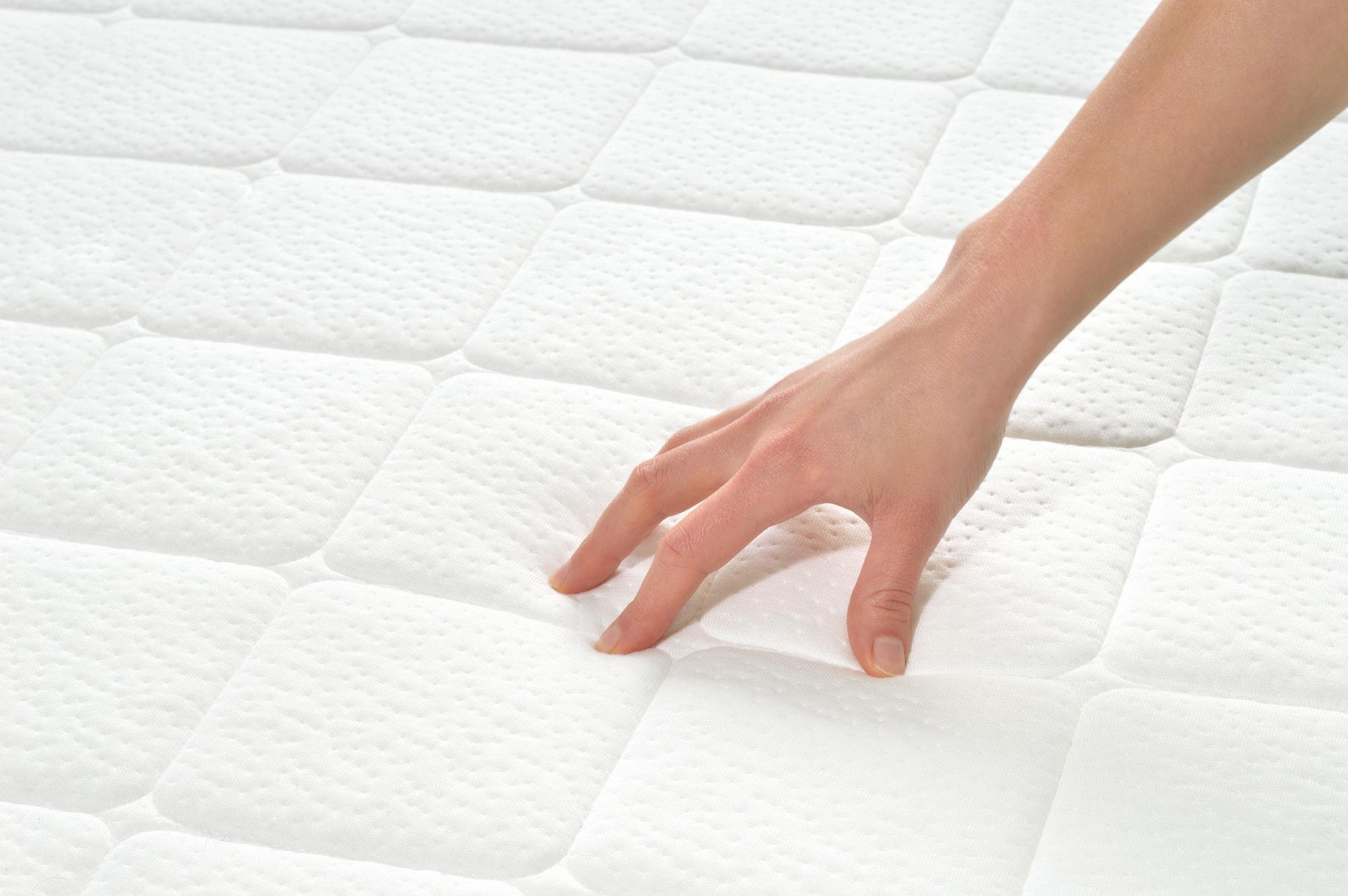 un cubre colchón protege la superficie