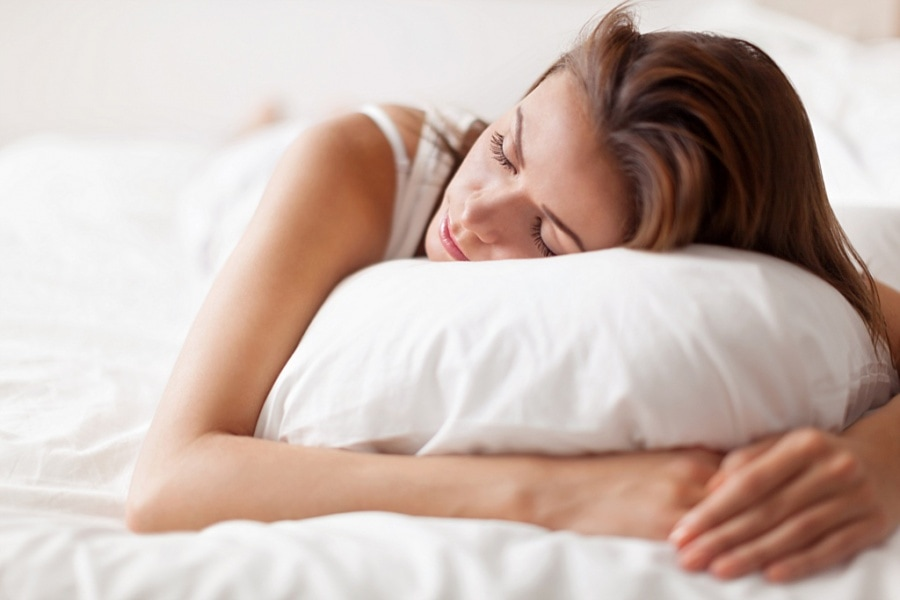 mujer durmiendo con almohada