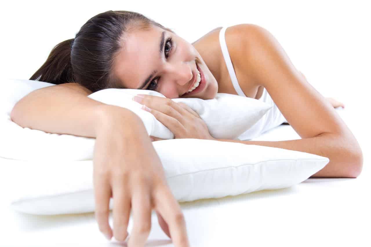 mujer descansando con almohada