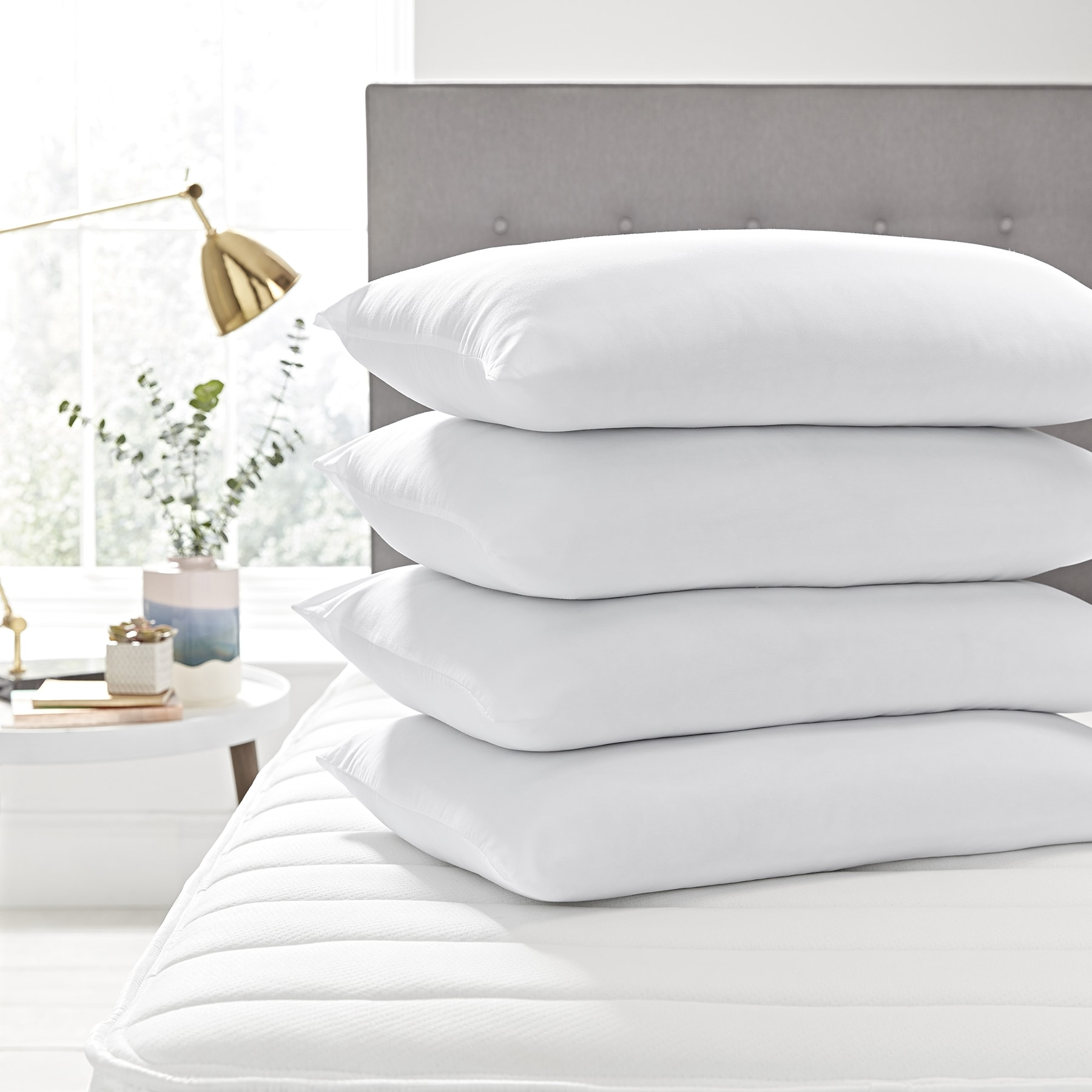 almohadas sobre cama