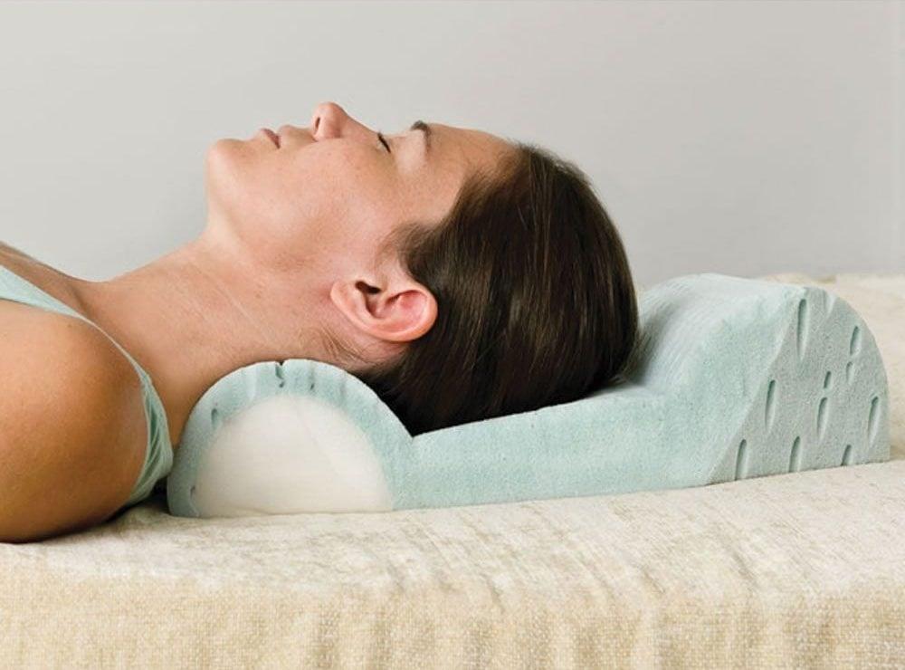 la posición correcta al usar una almohada cervical