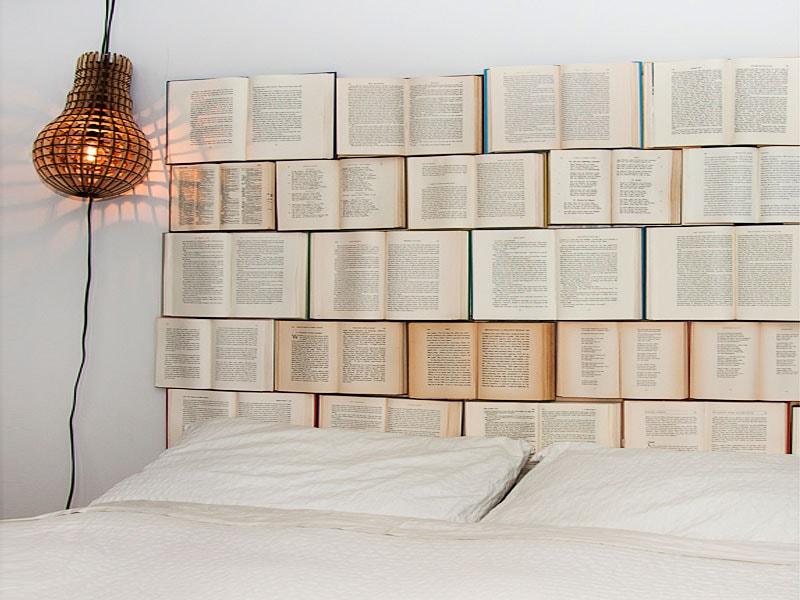 cabecero de cama hecho con libros