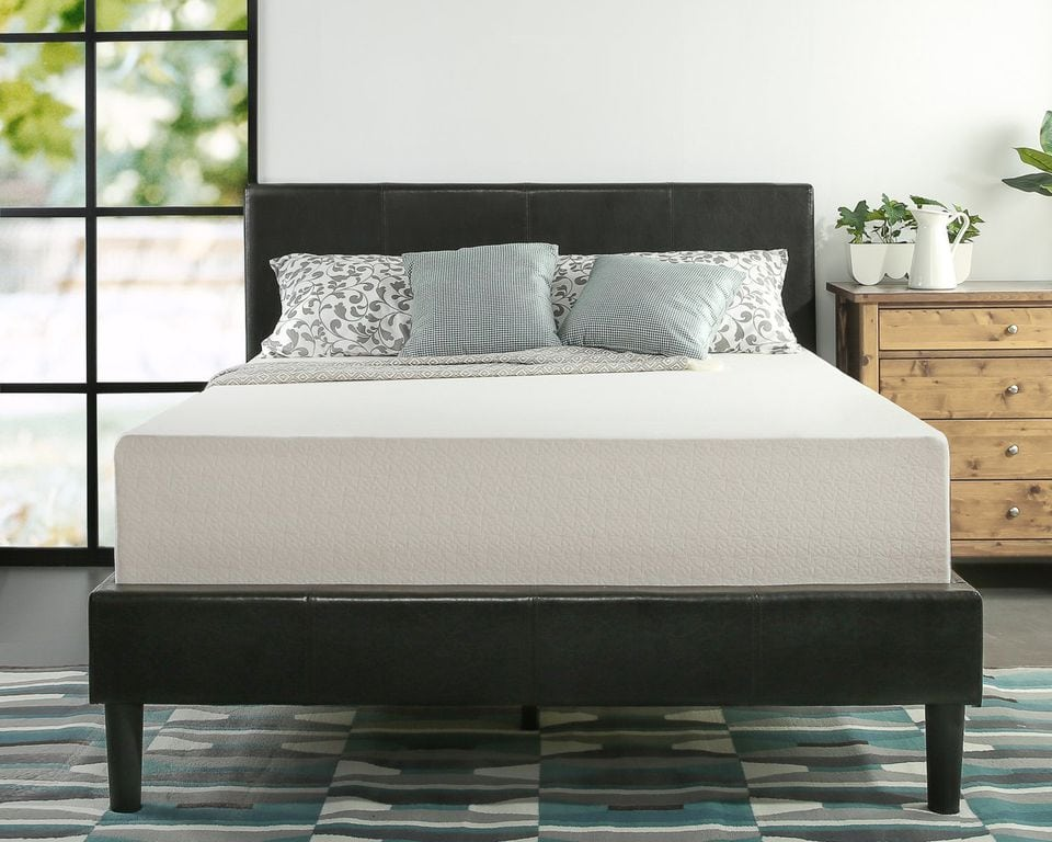 cama con espacio suficiente para dos personas de constitución normal