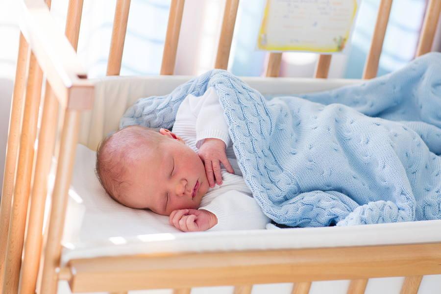 bebé durmiendo en soporte firme