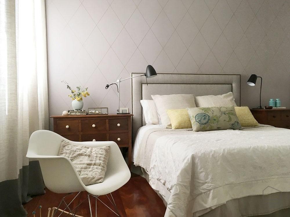 un cabecero tapizado con tachuelas aporta estilo a cualquier dormitorio