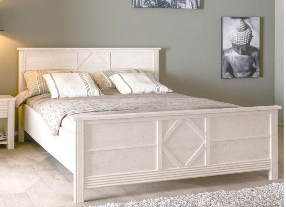 Estructura de cama y otros muebles como elementos decorativos
