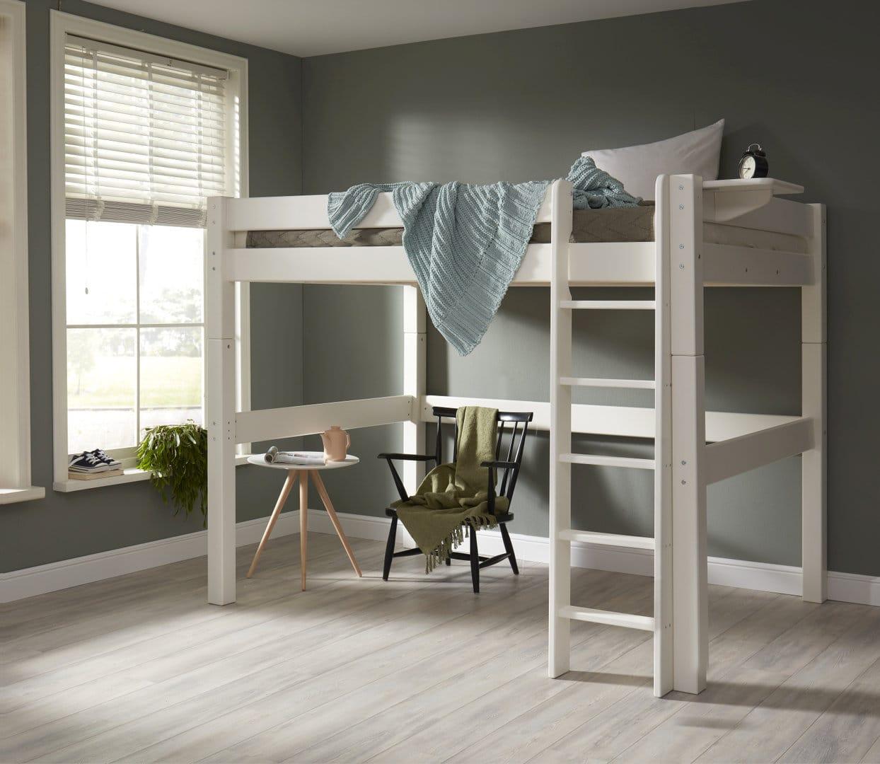 aprovechar el espacio bajo la cama superior en las literas para adultos