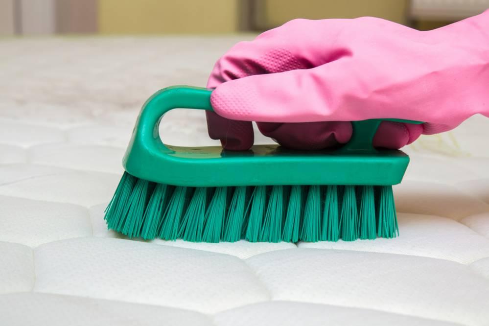 limpiar colchón con cepillo suave