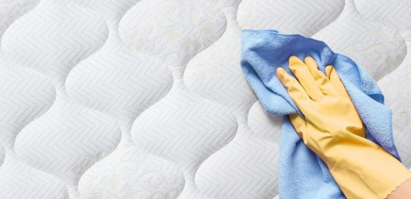 secar un colchón con toallas absorbentes