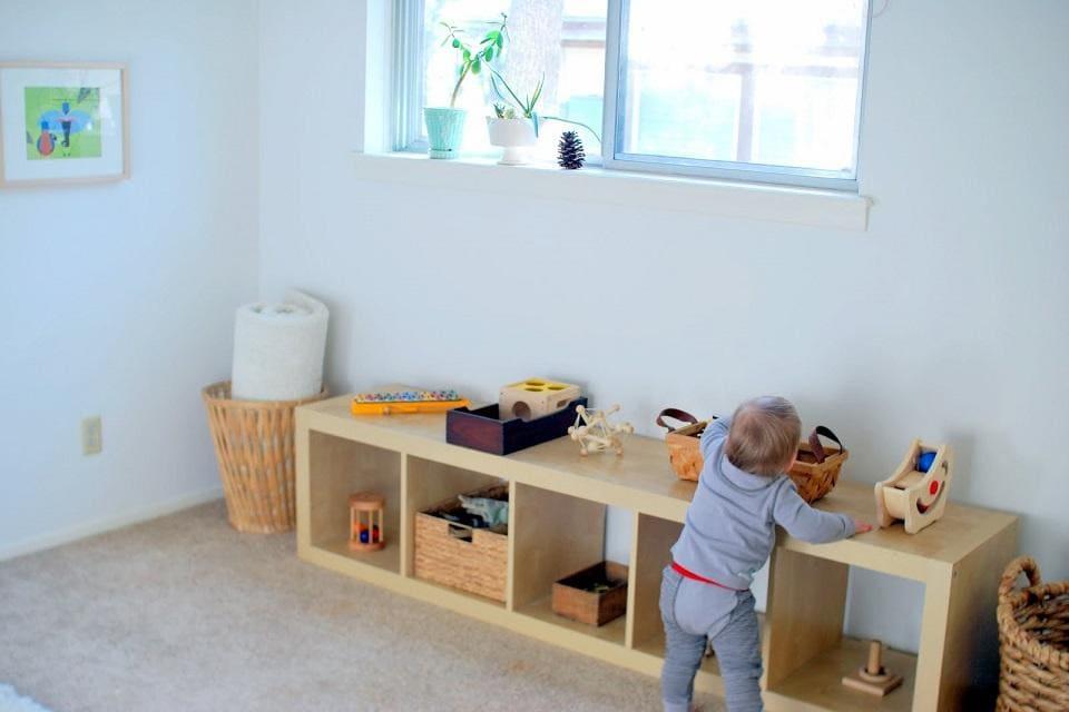 los ambientes montessori incluyen mobiliario accesible a los más pequeños