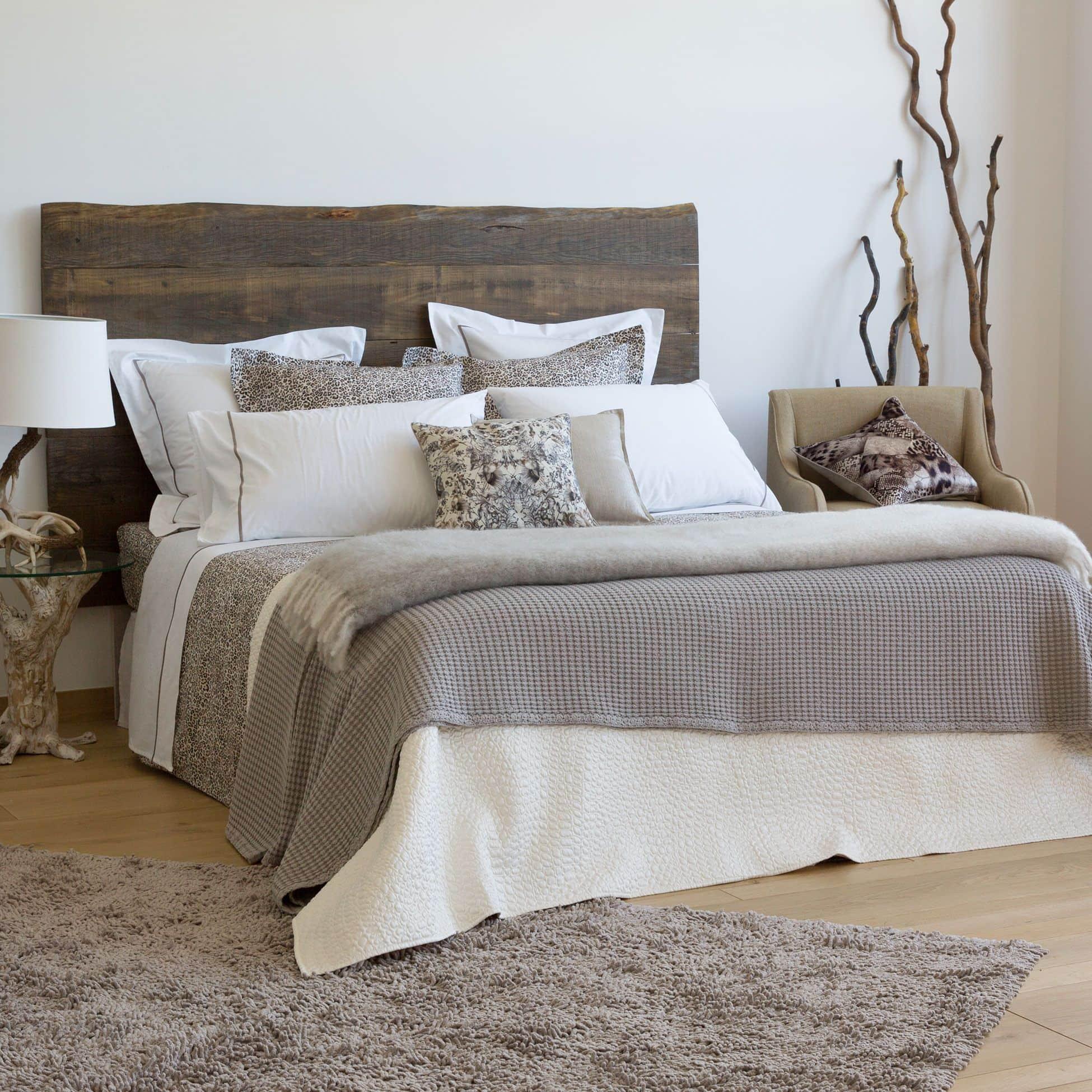 jugar con las texturas aporta elegancia a la cama y al dormitorio