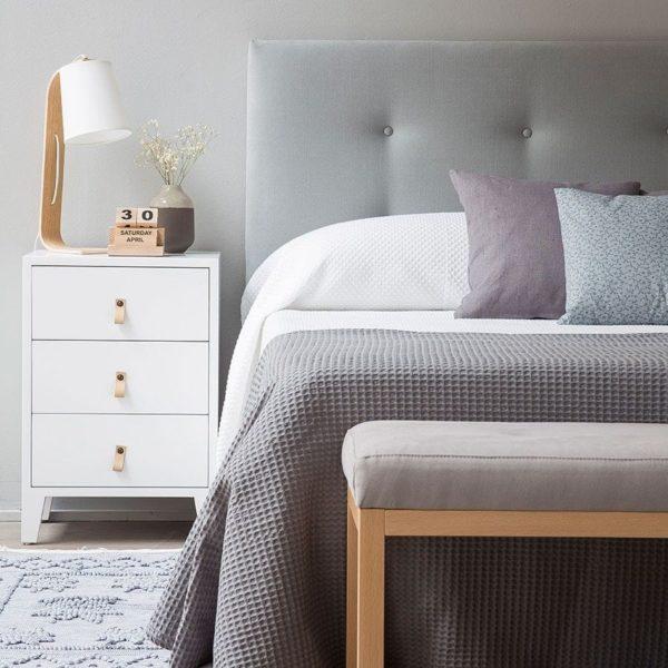 la mesita de noche es una pieza de mobiliario funcional y decorativo