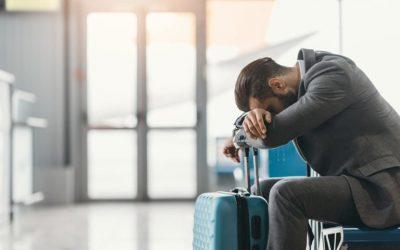 Persona con jet lag en el aeropuerto