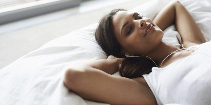 Chica que escucha música para dormir profundamente